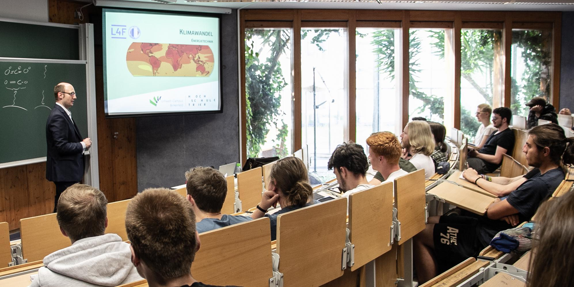 Prof. te Heesen in his lecture on climate change at #LecturesForFuture. Photo: Tanja Loch-Horn, Umwelt-Campus Birkenfeld